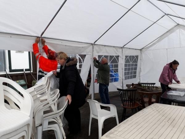 BBQ september 2017. Opbouw van de feesttent in de stromende regen.