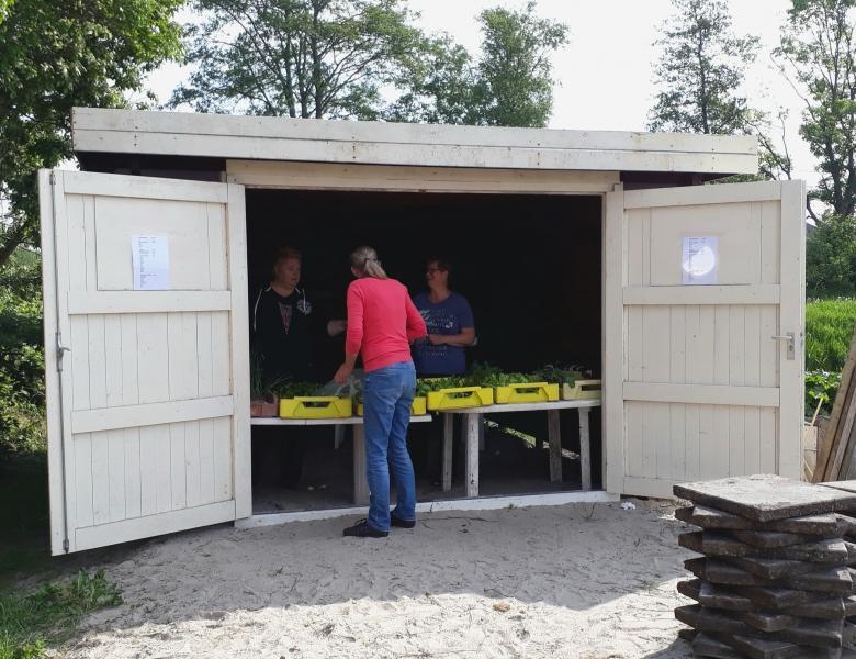 Mei 2018. Verkoop van allerlei kruiden- en groenteplantjes vanuit het nieuwe hok.